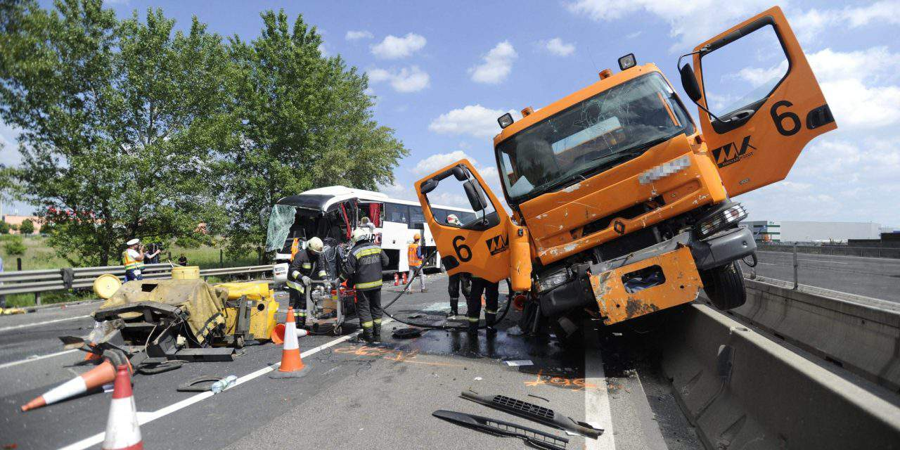 Driver dies in Serbian tourist bus crash on Budapest ringroad, 19 injured – Photos