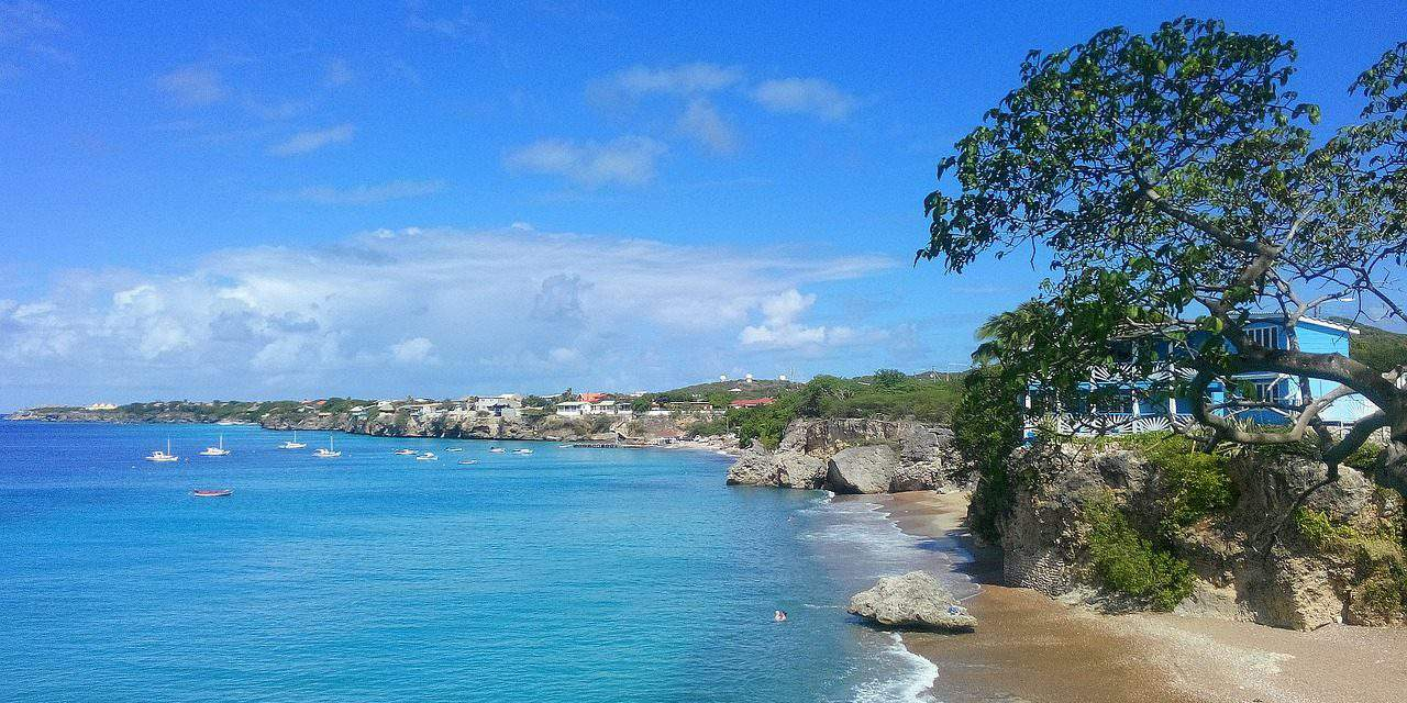 Foreign ministry pledges help for Hungarians saved from St Martin island
