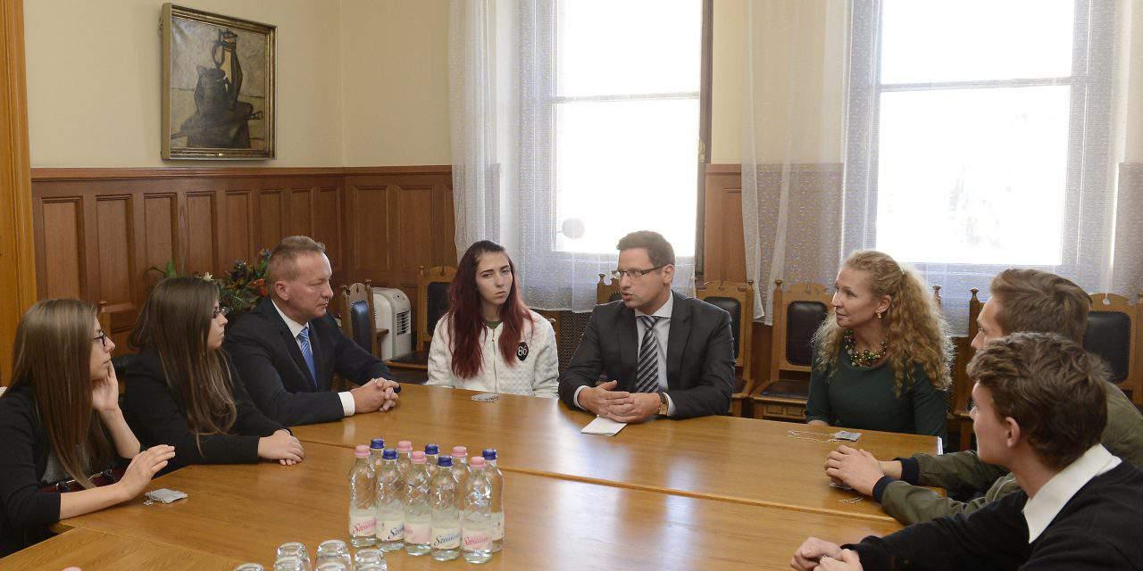 Fidesz links 'corrupt' leftist opposition lawyer to former PM Gyurcsány