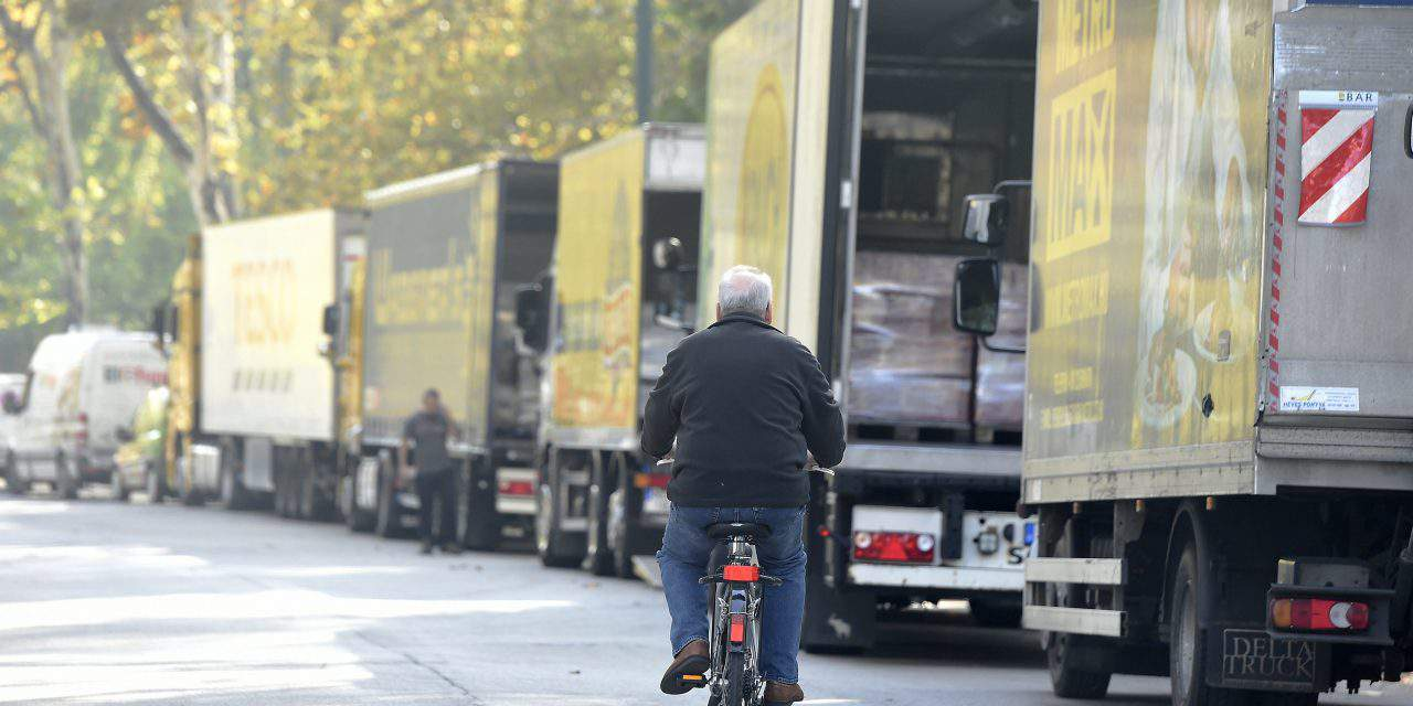 Trucks carrying food aid mark UN World Food Day in Budapest