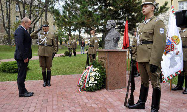 Hungarian defence minister marks memorial day of 1848 martyrs