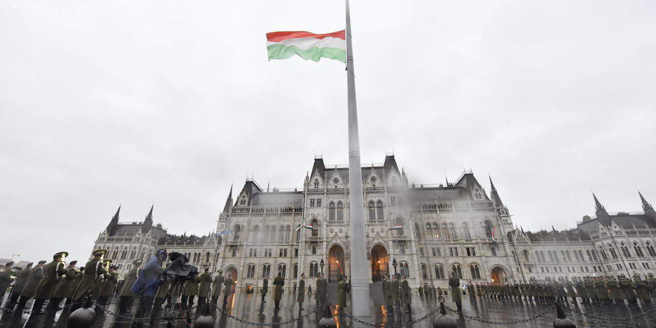 1956 – Flag hoisted at Hungarian Parliament – PHOTOS