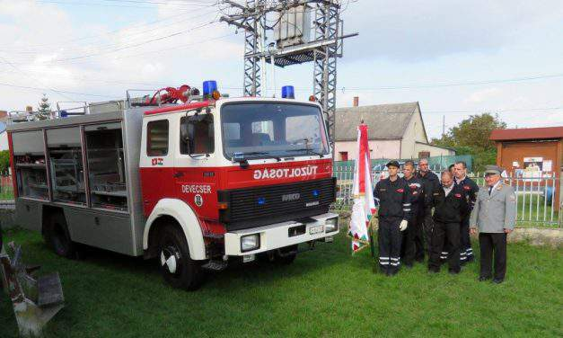 Firefighters of Devecser receive fire truck as a donation from Switzerland