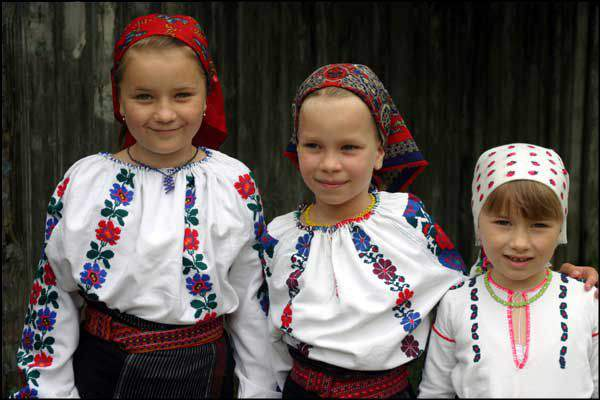 csángó children
