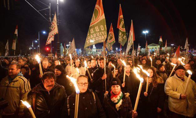 Jobbik stages demonstration at Fidesz headquarters