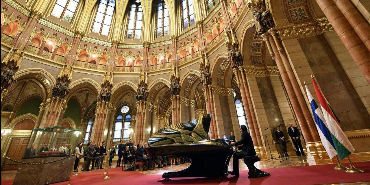 Hungary gives Bogányi piano to Finland – PHOTOS