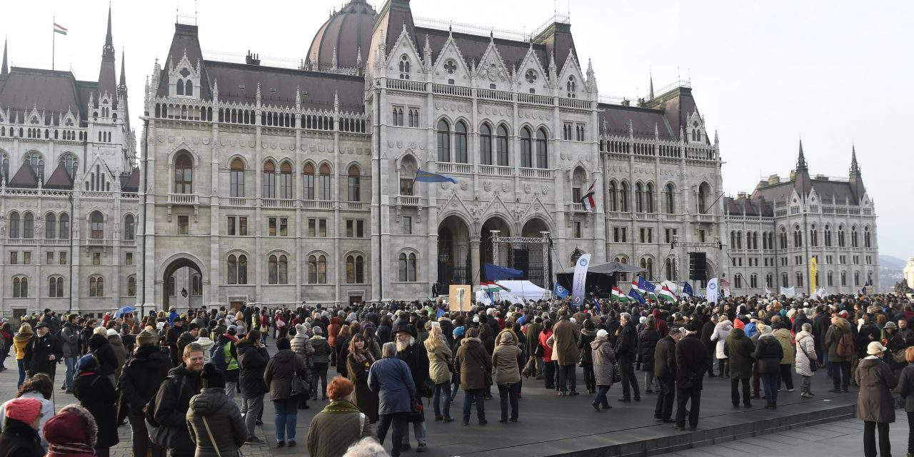 Teacher protest movement holds demo in front of the Hungarian Parliament