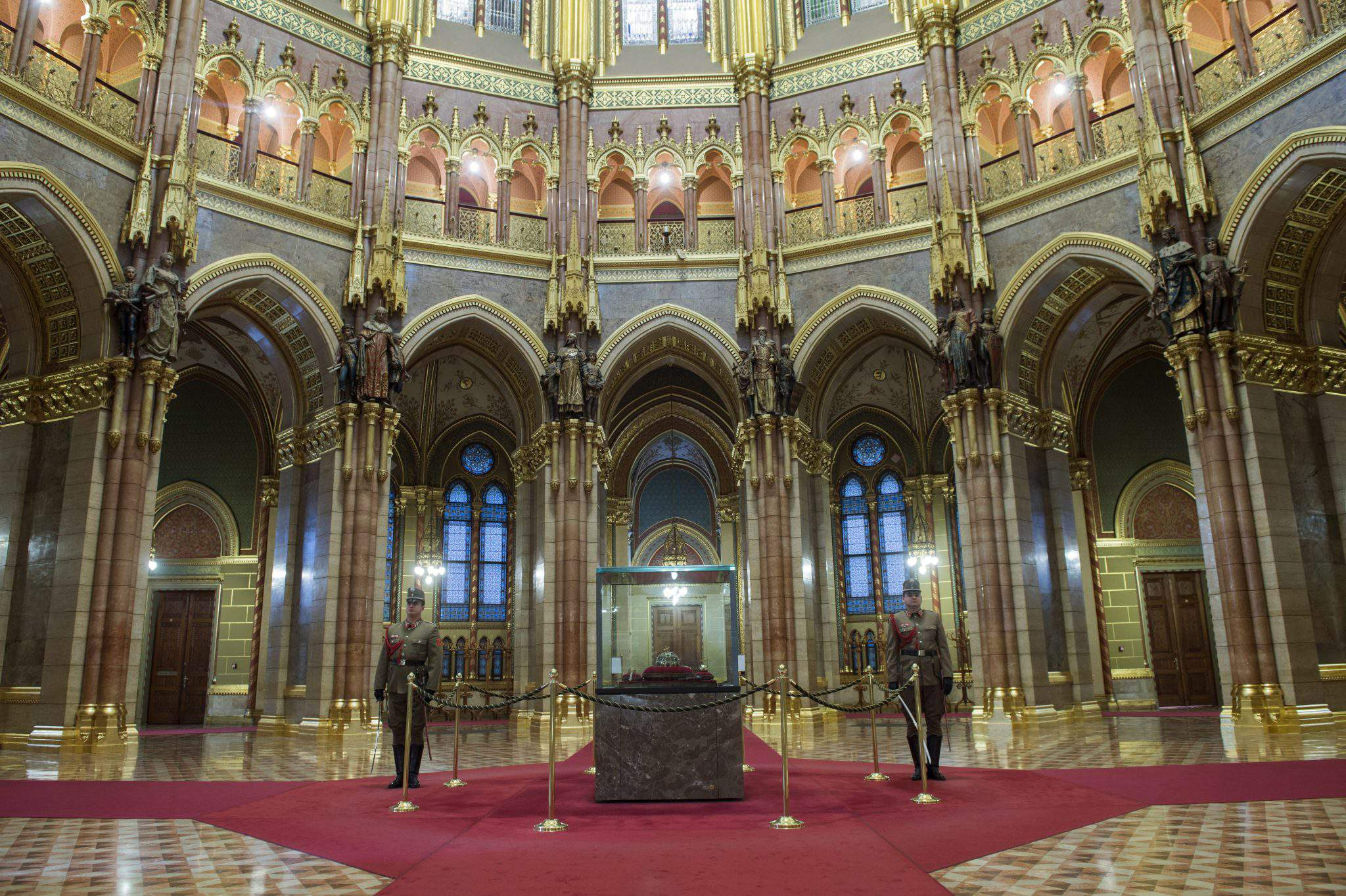 hungarian parliament, hungarian holy crown