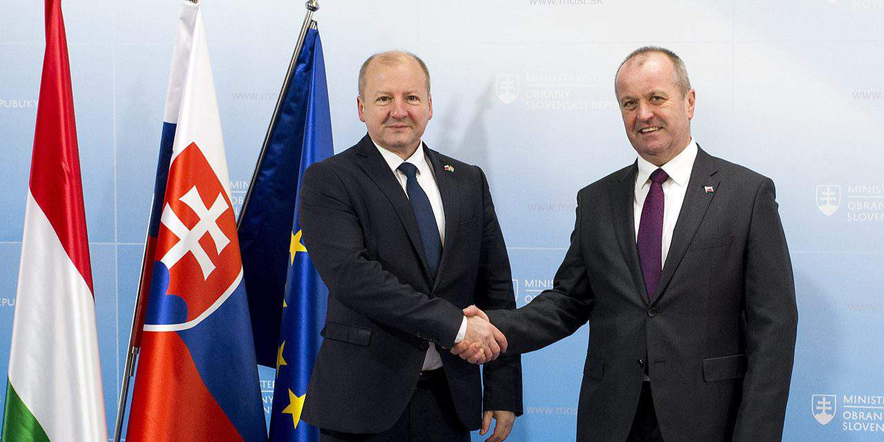 Hungarian, Slovak defence ministers discuss V4, bilateral cooperation