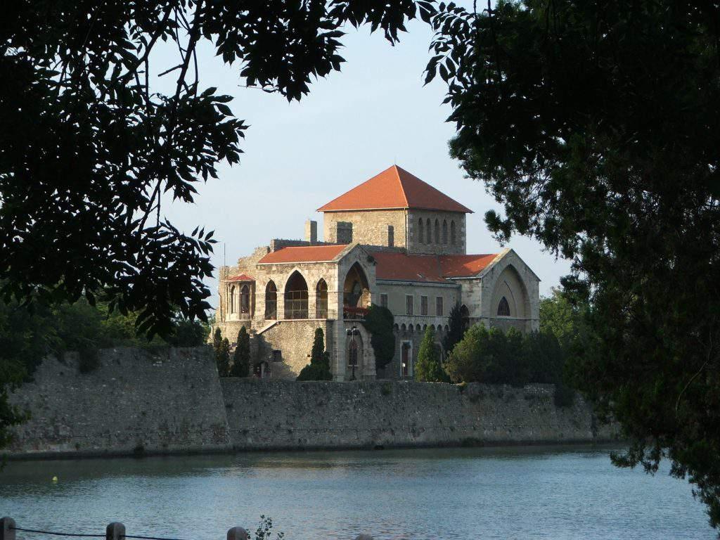 Tata vár castle
