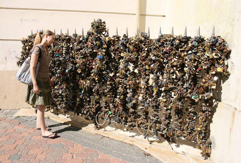 pécs wall lock