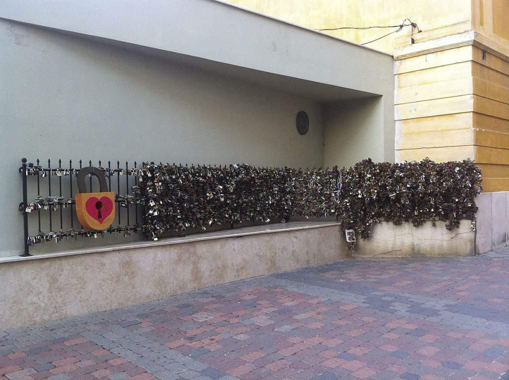 pécs wall lock love