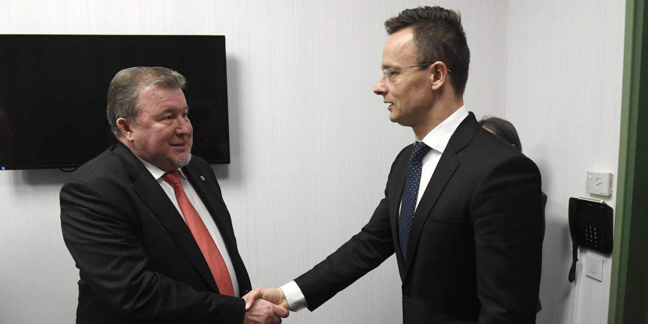 Hungarian foreign minister meets International Investment Bank head