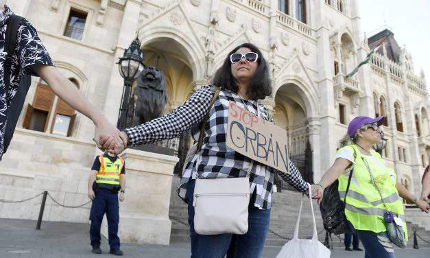 Civil demonstrators form human chain around Parliament