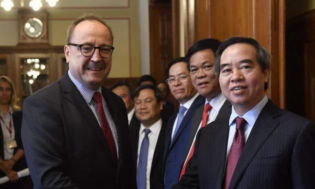 Vietnamese officials visit Hungary
