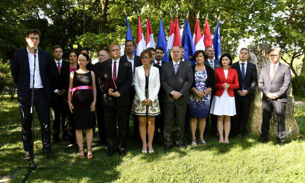 Socialist, Párbeszéd lawmakers take oath at 'monument of republic'