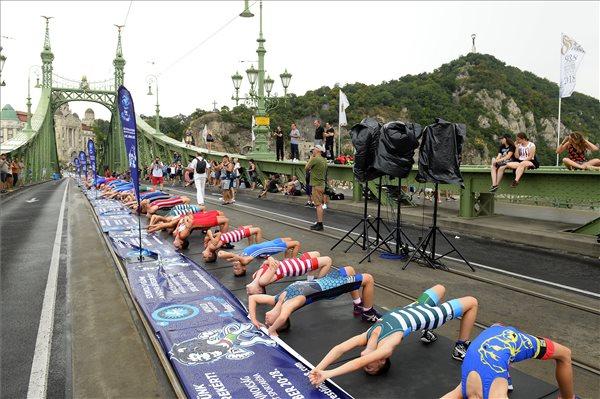 Birkózó rekordkísérlet a Szabadság hídon