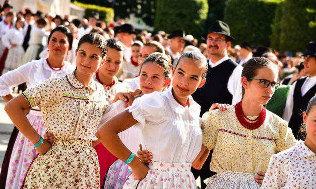 New Hungarian record: 326 people dancing traditional csárdás! – VIDEO