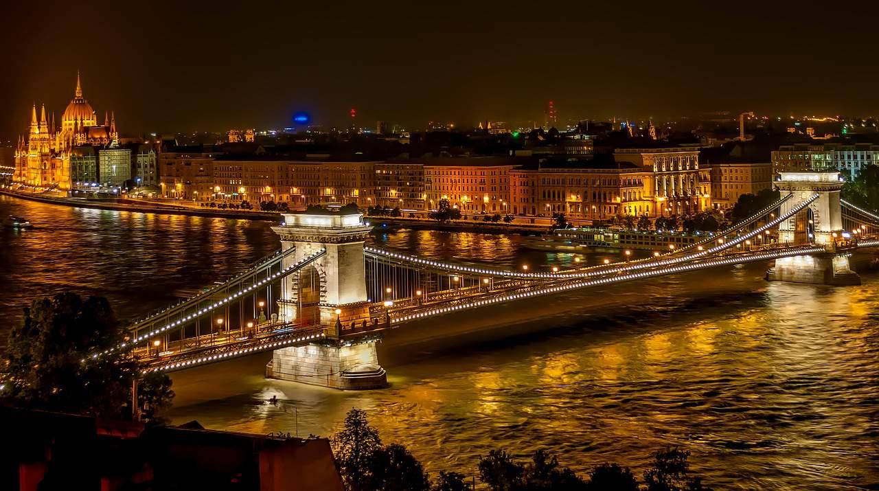 budapest night hotel tourism