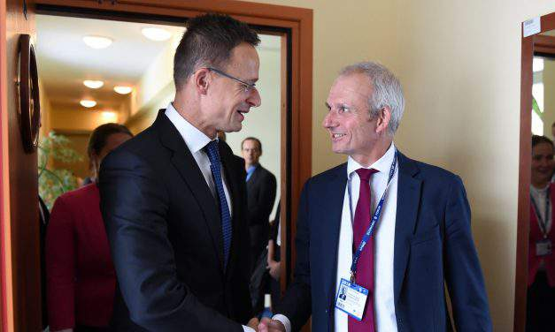 Hungarian foreign minister discusses Brexit with UK cabinet office minister
