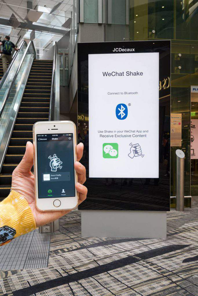 JCDecaux sign smartphone