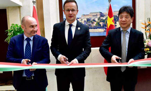 Foreign minister opens Hungarian trade centre in Shanghai