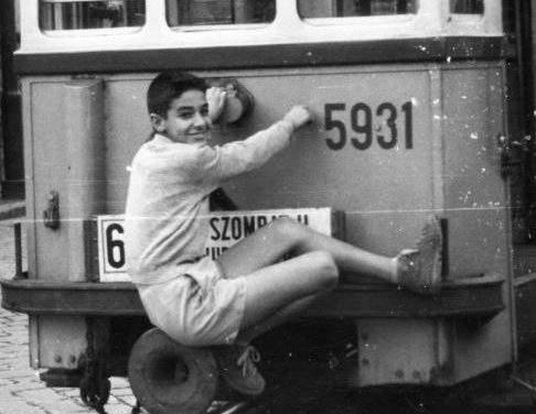 Life-threatening show: teen girls tram surfed in Budapest – photos, videos
