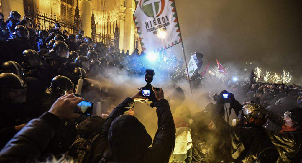 Demonstrators, police clash near the Hungarian Parliament - PHOTOS