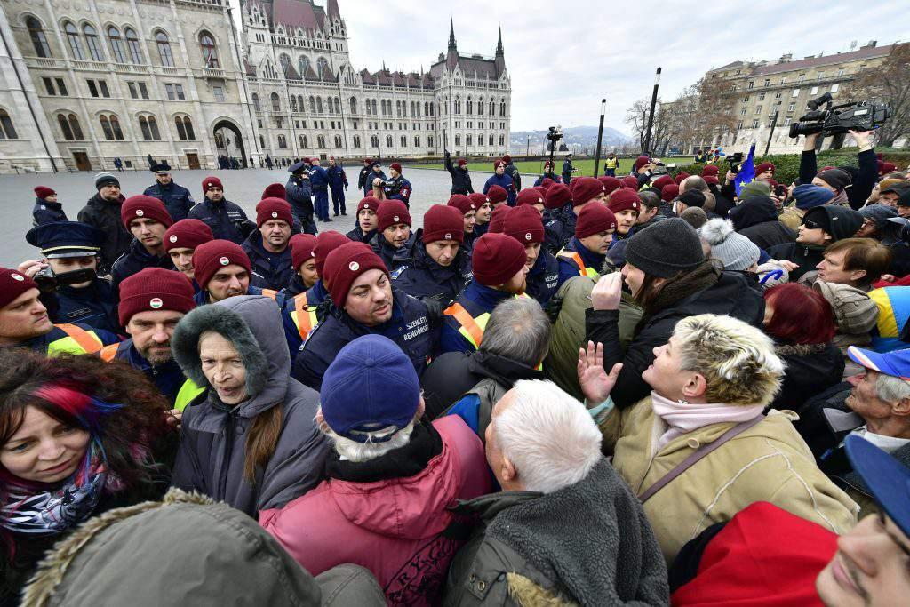 demonstration hungary police