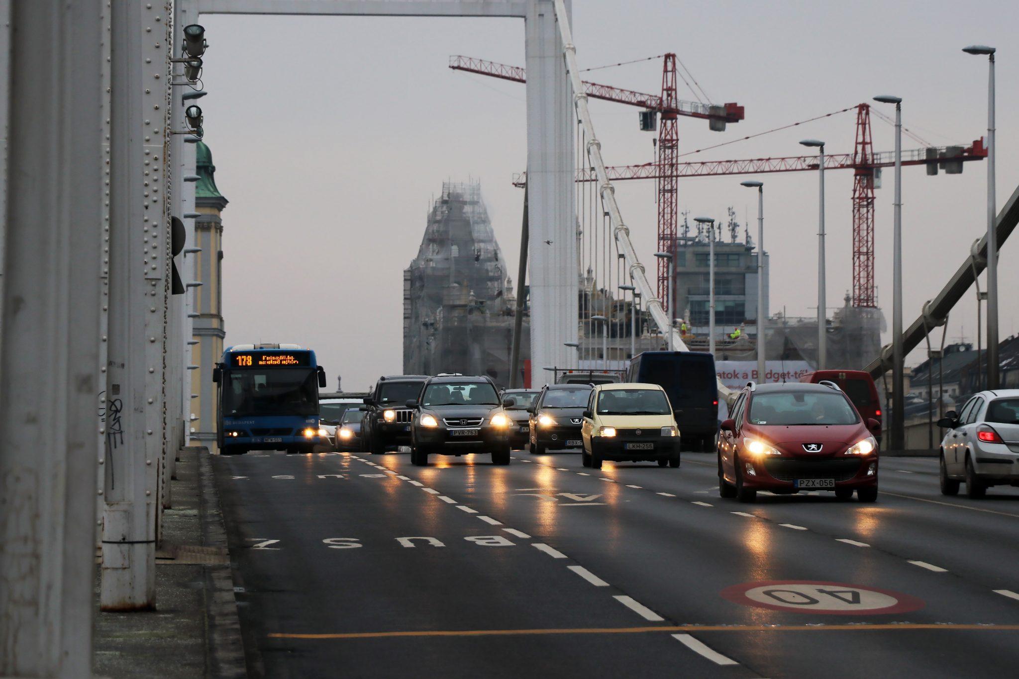 traffic budapest hungary elizabeth bridge erzsébet híd