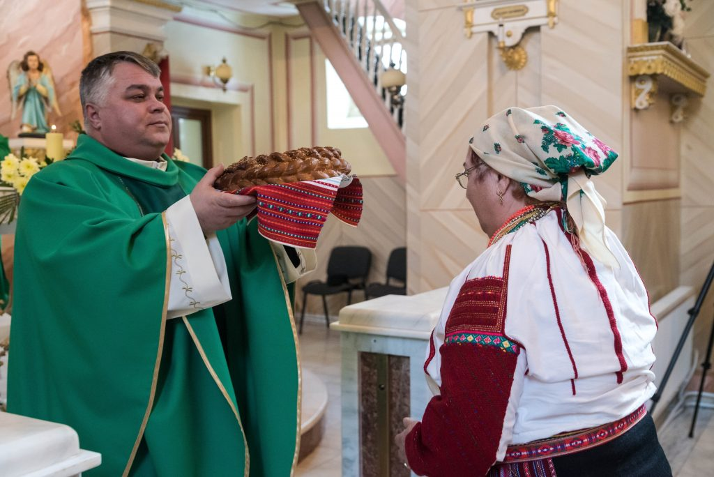 Hungarian minority ethnic group Csángós in Romania Finally Hungarian mass in the church! - PHOTOS