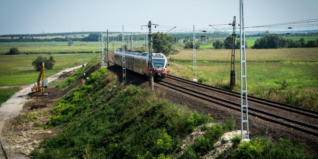 Hungarian economy minister discusses Budapest-Belgrade railway upgrade in Beijing