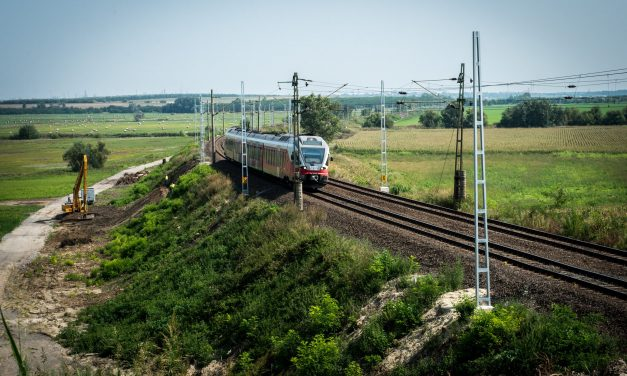 Hungarian economy minister discusses Budapest-Belgrade railway upgrade in Beijing