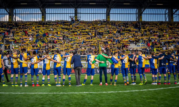 9000 FC DAC fans sing the national anthem to protest new law: Video