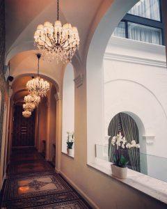 mystery-hotel-budapest-corridor