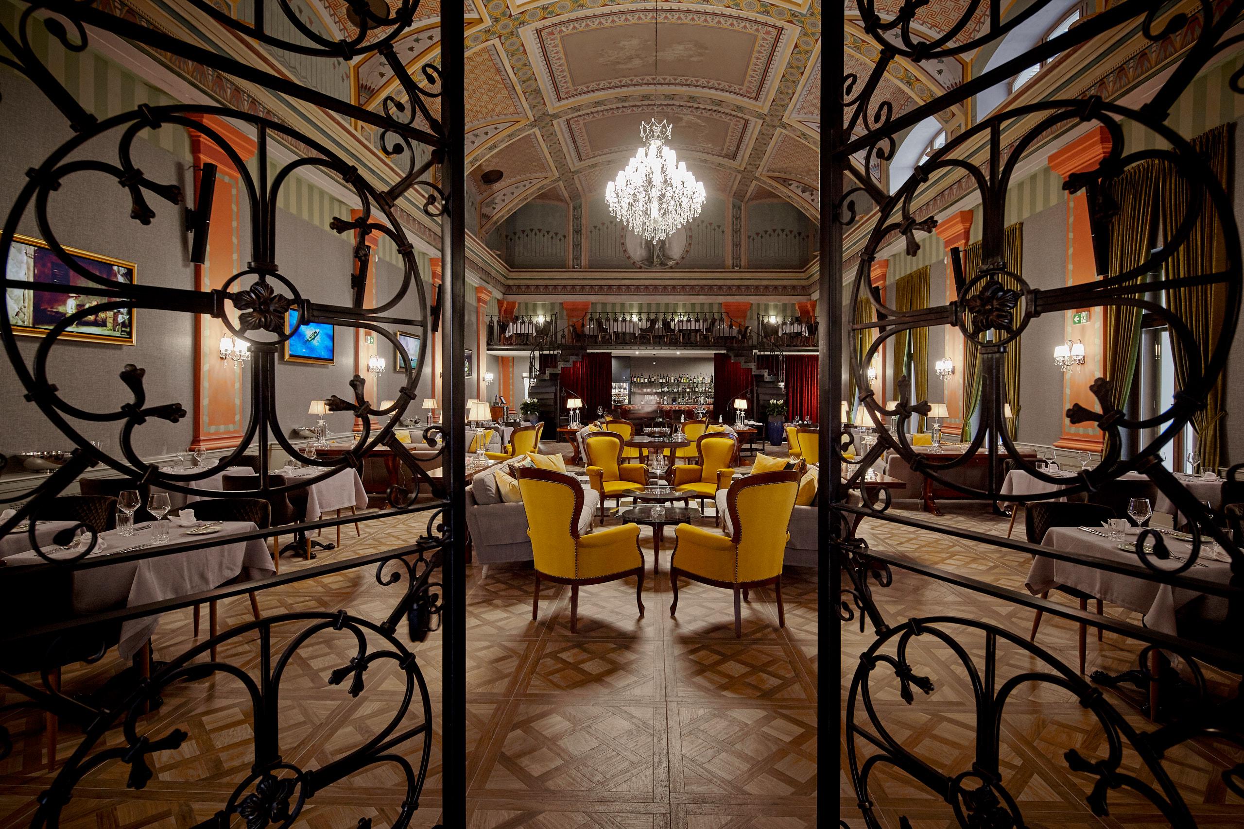mystery-hotel-budapest-hall