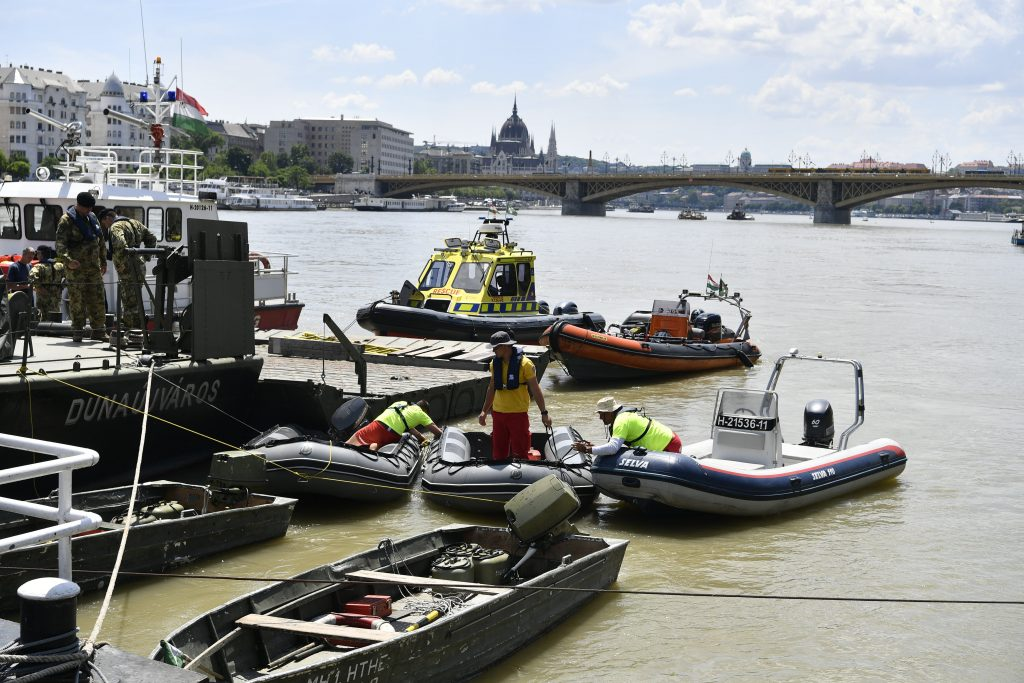 Hungarian and South Korean divers have recovered the body of one of the victims