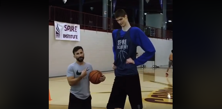 Giant Szekler basketball player dazzles the internet - VIDEO