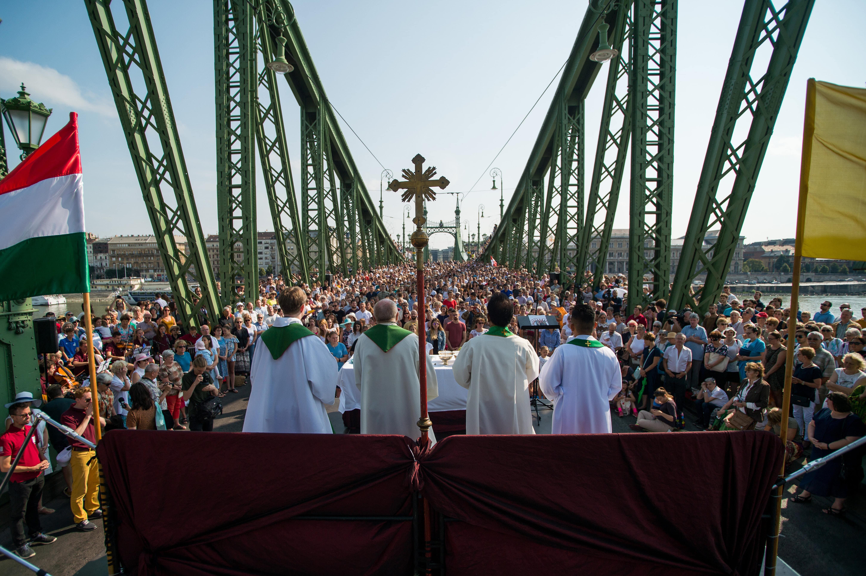 Mass was held on the Budapest's Freedom Bridge