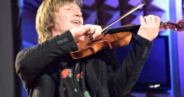 Félix Lajkó playing the violin