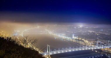 elizabeth bridge in fog