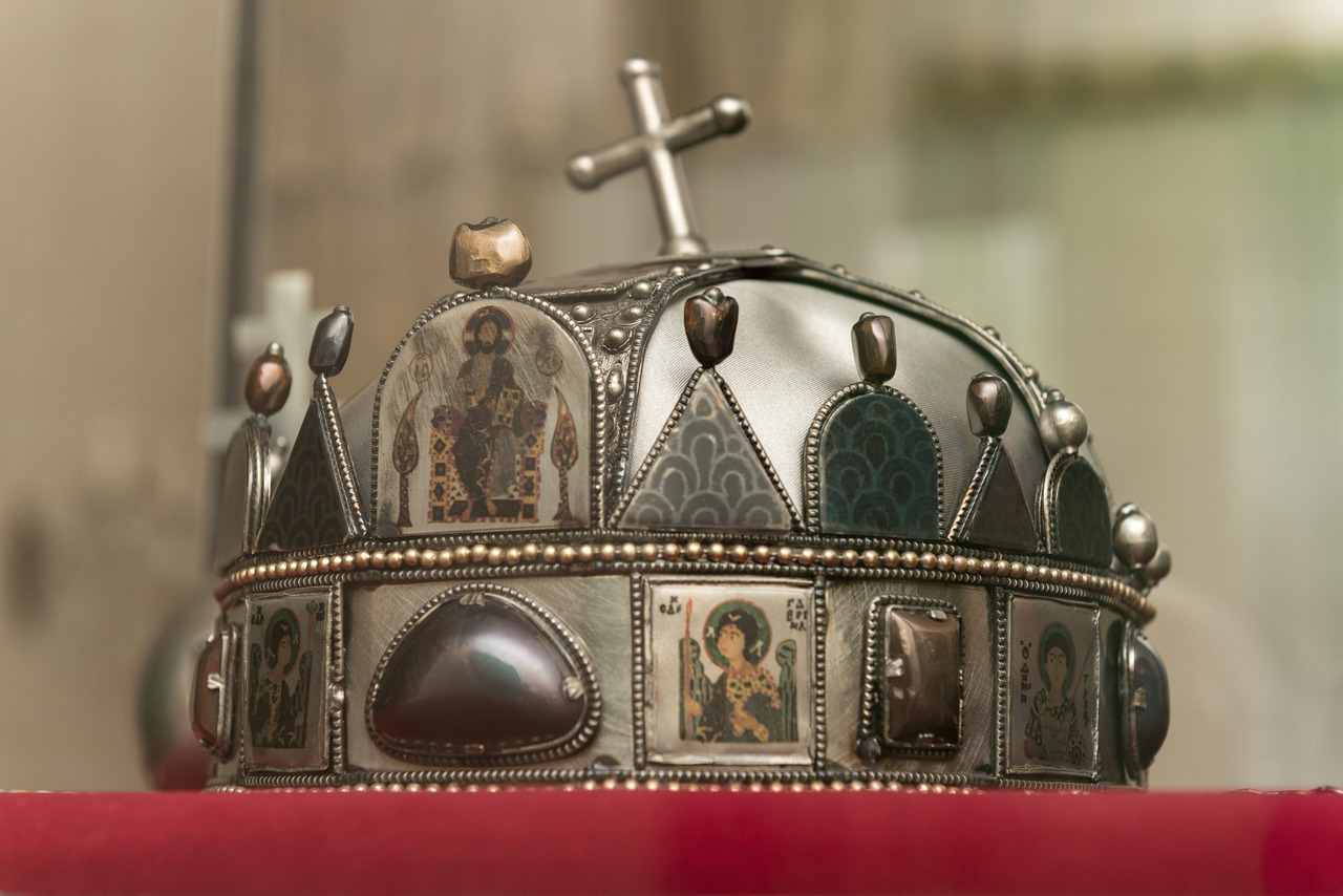 Holy Crown of Hungary replica goes to Romania