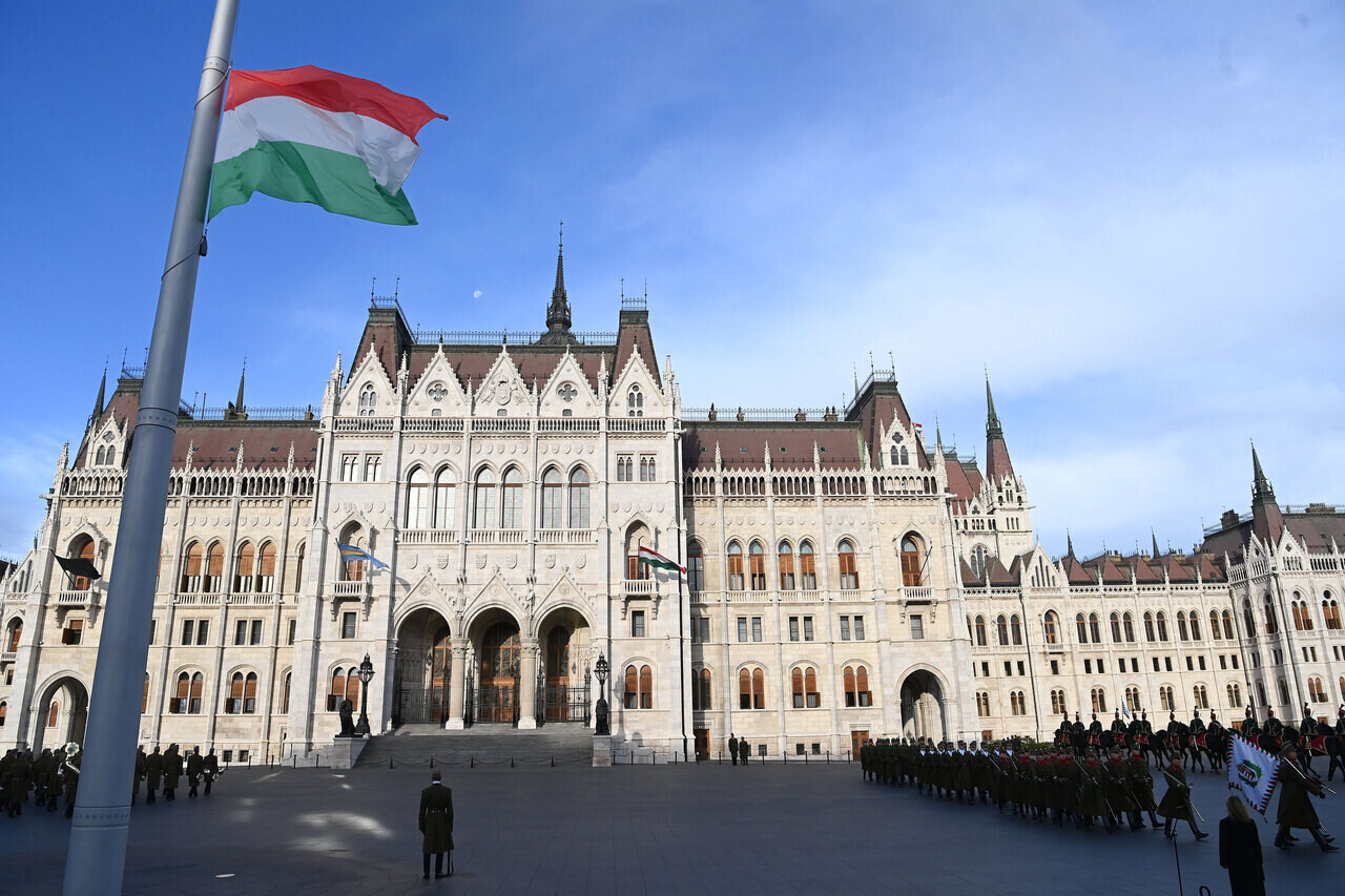 Flag lowered to half-mast in front of Parliament on anniversary of Arad martyrs
