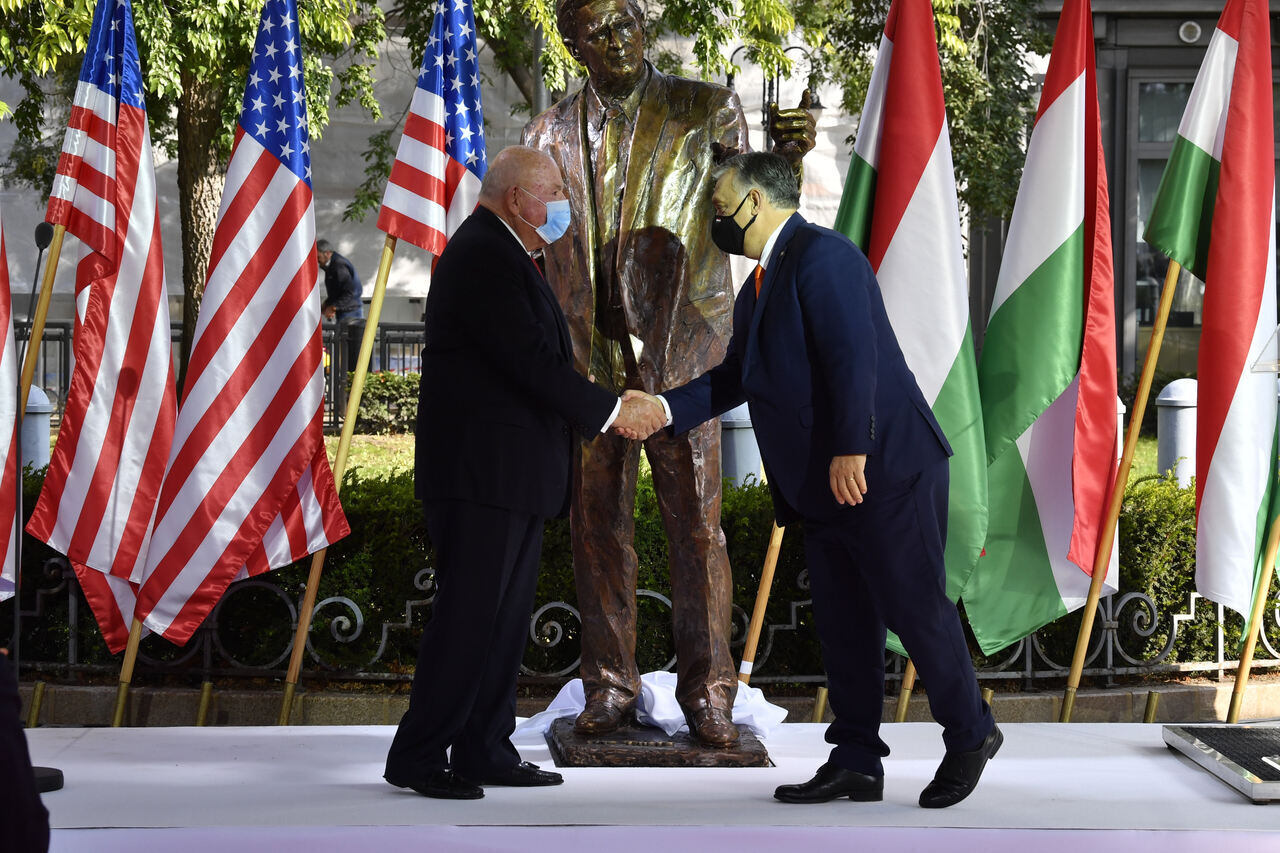 """https://dailynewshungary.com/ """"width ="""" 1280 """"height ="""" 853 """"srcset ="""" https://dailynewshungary.com/wp-content/uploads/2020/10/George-Bush-monument-inaugrated-in- Budapest-Hongrie.jpg 1280w, https://dailynewshungary.com/wp-content/uploads/2020/10/George-Bush-monument-inaugrated-in-Budapest-Hungary-768x512.jpg 768w, https: // dailynewshungary. com / wp-content / uploads / 2020/10 / George-Bush-monument-inaugrated-in-Budapest-Hungary-800x533.jpg 800w, https://dailynewshungary.com/wp-content/uploads/2020/10/George -Bush-monument-inaugrated-in-Budapest-Hongrie-1160x773.jpg 1160w """"data-lazy-tailles ="""" (largeur max: 1280px) 100vw, 1280px """"src ="""" https://dailynewshungary.com/wp-content /uploads/2020/10/George-Bush-monument-inaugrated-in-Budapest-Hungary.jpg """"/><noscript><img class="""