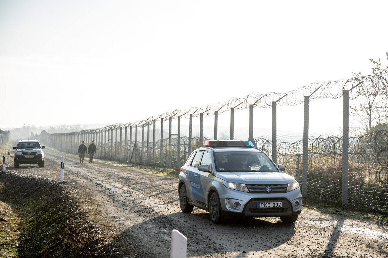 Hungary-border-fence-police-migration