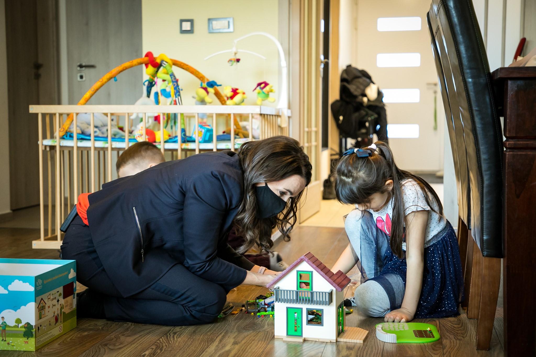 novák katalin with kids