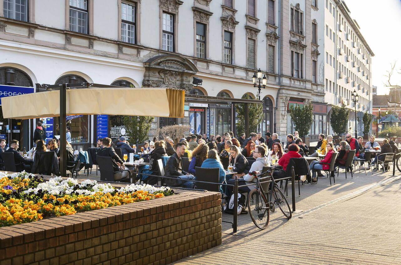 restaurant terrace-hungary-coronavirus