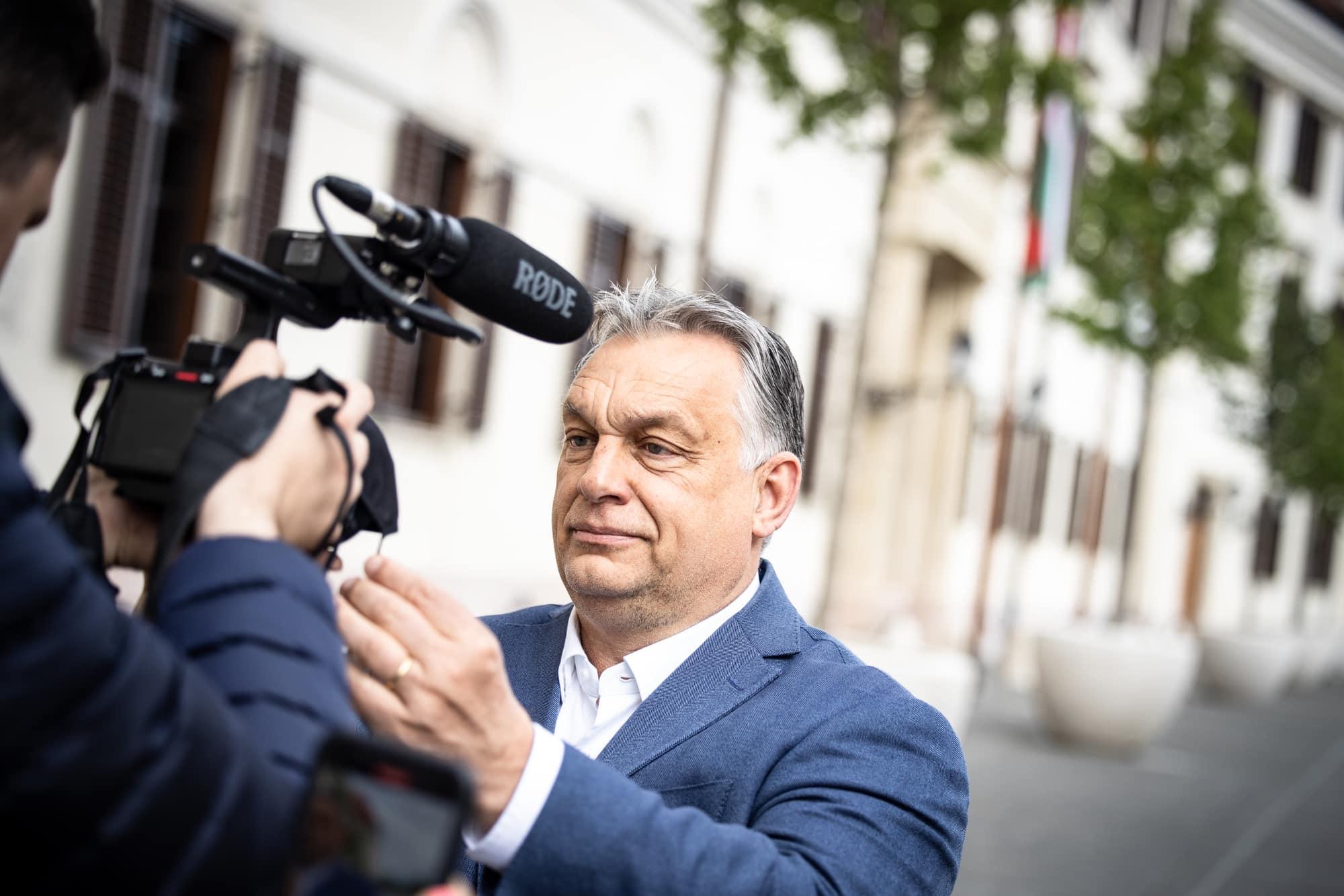orbán with camera