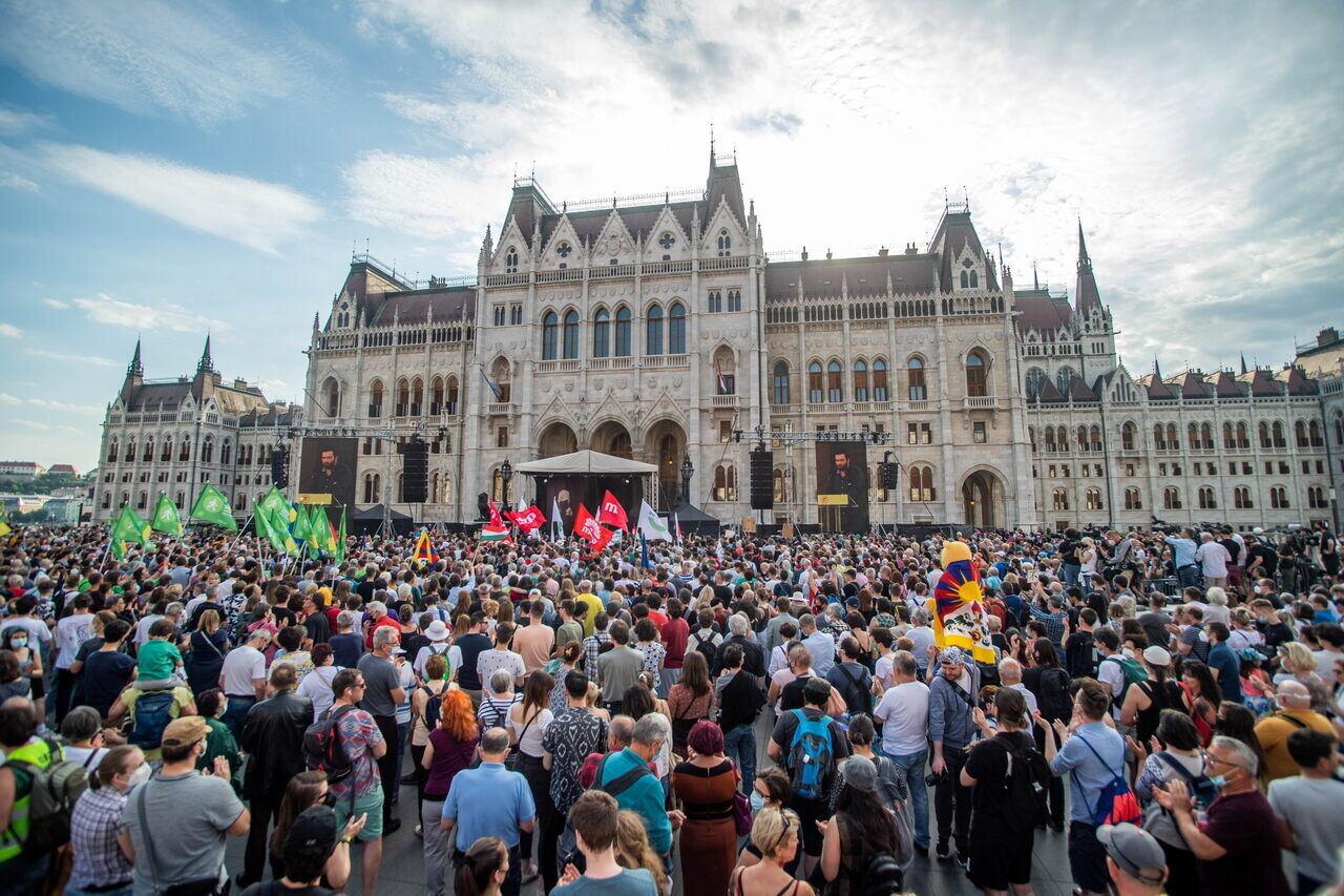 parliament-crowd-demonstration-fudan
