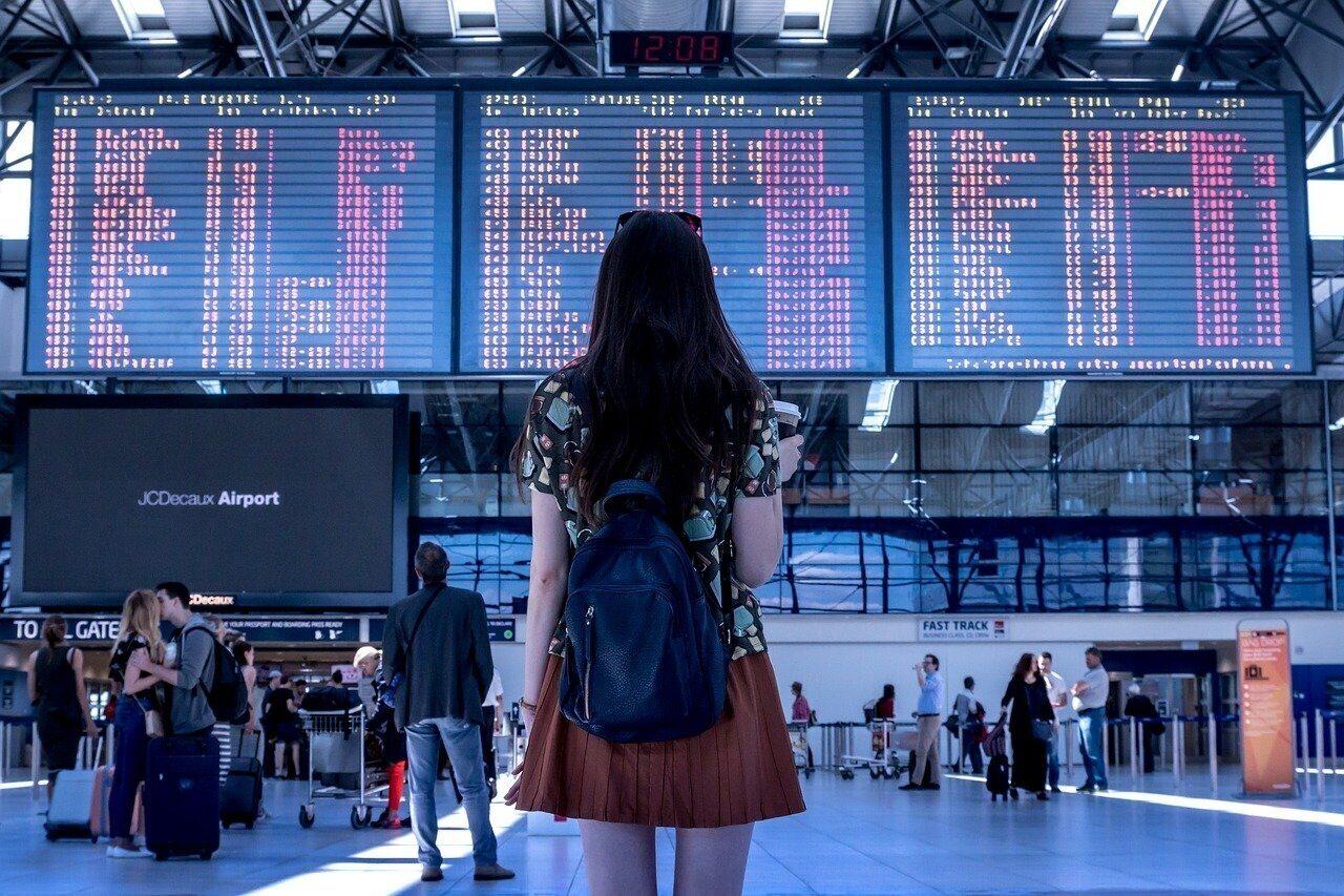 tourism-women-airport-info-travel